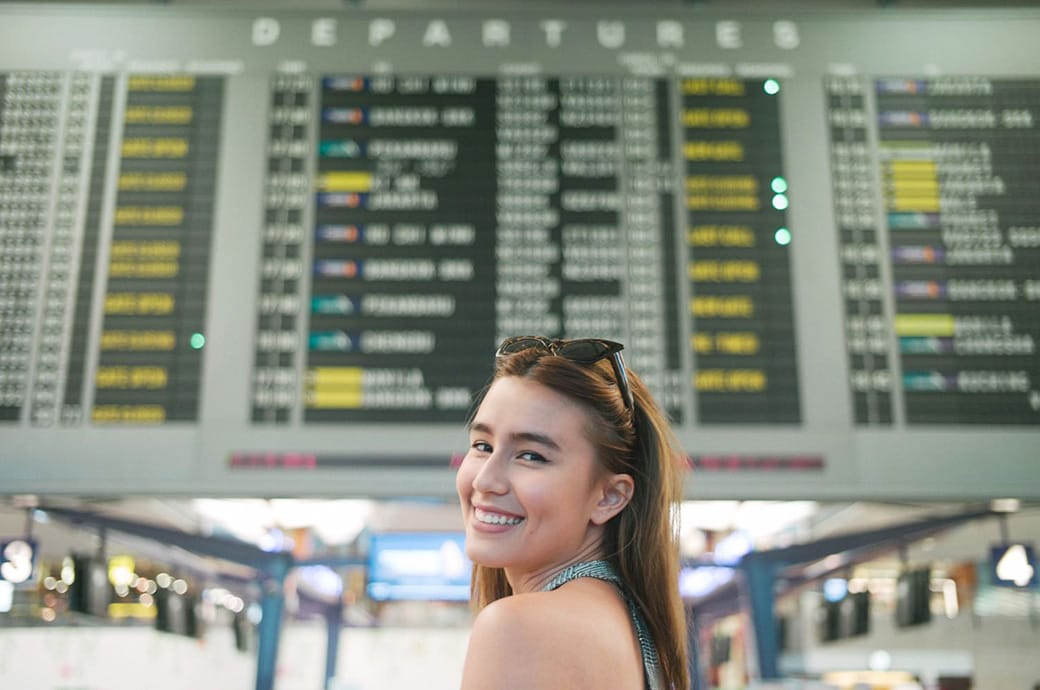 Girl at Singapore airport wearing ACUVUE® contact lenses for travelling